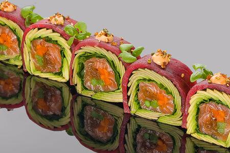 Ролл с тунцом Елоуфин, лососем и авокадо