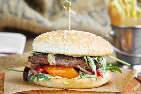 Бургер с говядиной, запеченным перцем и соусом айоли