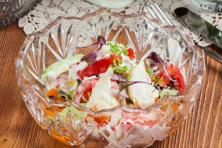 Салат из томатов и крабасо сметаной