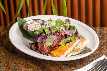 Томленое ребро и кокосовый салат