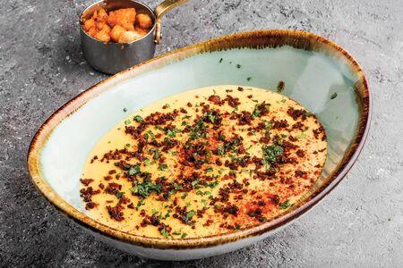 Суп Чеддер с хрустящим беконом и сухариками