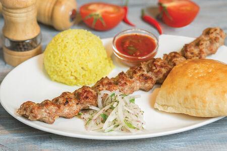 Люля-кебаб из баранины на тарелке