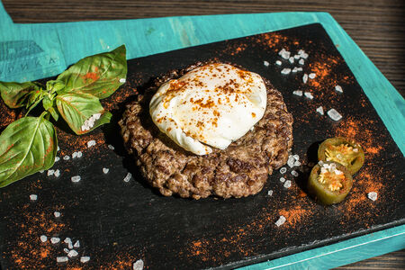 Бифштекс из рубленной говядины с яйцом пашот