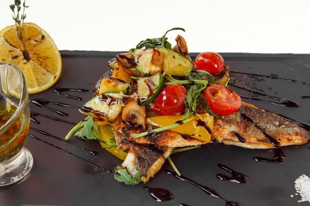 Филе сибаса с легким теплым салатом