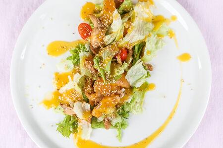 Салат с куриной грудкой и нежным персиком