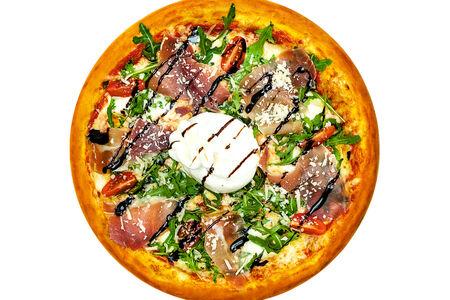 Пицца с сыром буррата и пармской ветчиной