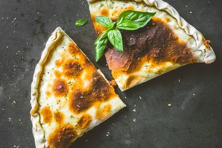 Пицца кальцоне Болоньезе
