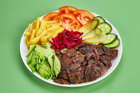 Шаурма из листовой говядины на тарелке