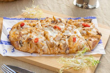 Пиццетта с курицей Том Ям