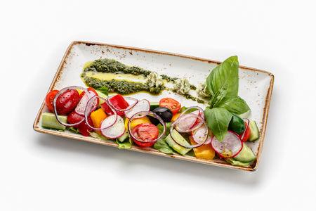 Салат из молодых овощей с оливковым маслом