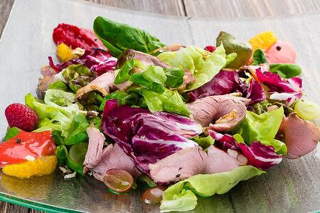 Салат с утиной грудкой и малиновым соусом