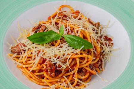 Спагетти с говядиной и вялеными томатами