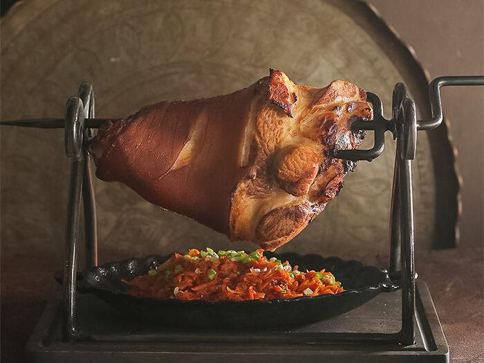 Рулька свиная деревенская с тушеной капустой