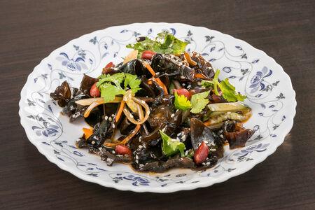 Салат кисло-острый с черными грибами