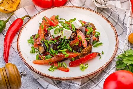 Салат с баклажанами, томатами и фета