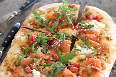 Пицца с лососем и соусом юдзу