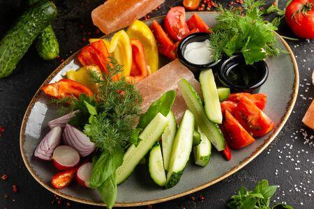 Свежие овощи со сметаной