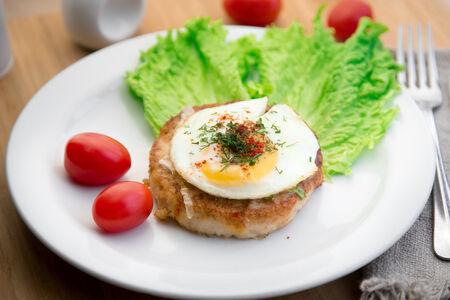 Куриный бургер с яйцом пашот