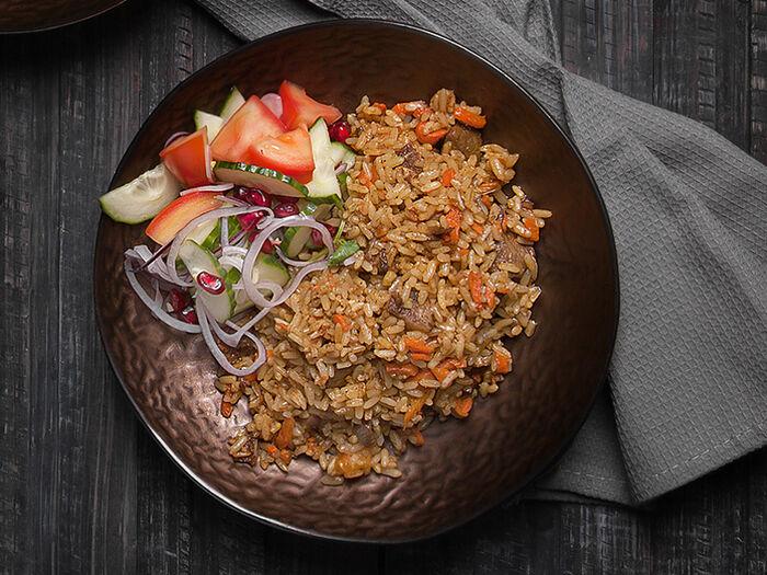 Плов из баранины с салатом из свежих овощей