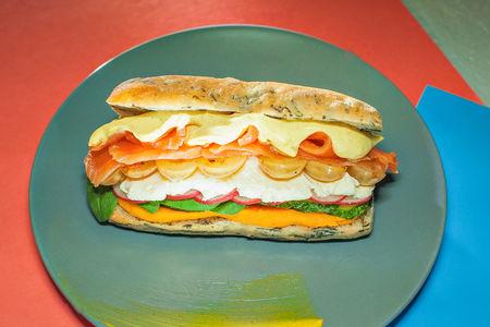 Сэндвич с лососем маринованном в апельсинах