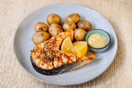 Суперстейк из лосося с деревенским картофелем