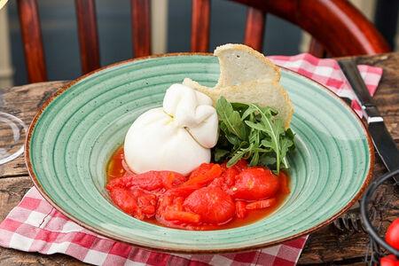 Буррата с томатами и копченной паприкой