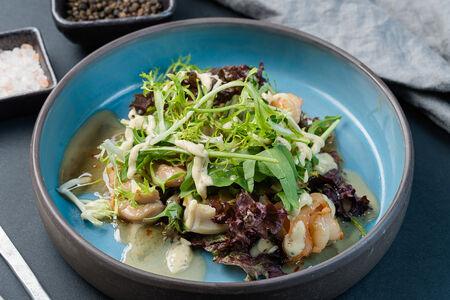 Салат с курицей и морепродуктами в кокосовой заправке