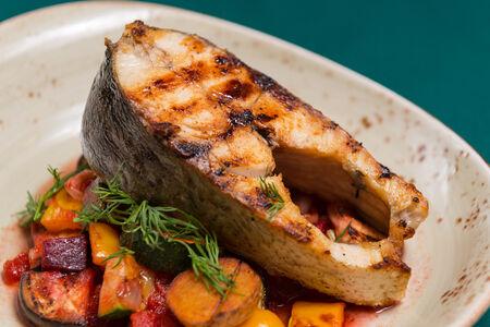 Стейк из толстолобика с овощами