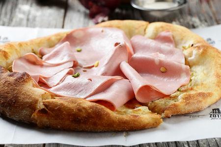 Пицца с мортаделлой и артишоками