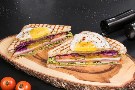 Сэндвич на гриле с ветчиной