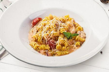 Фузилли с курицей и овощами в сливочно-томатном соусе