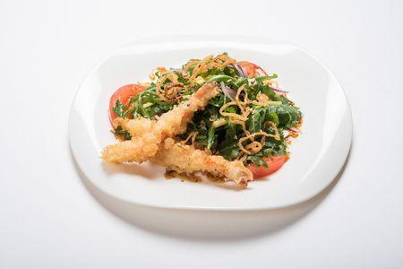 Салат с креветками темпура