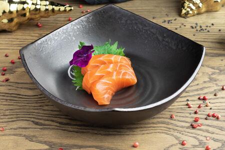 Сашими из лосося на соленом камне
