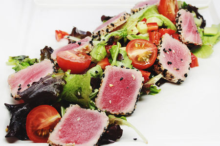 Салат с тунцом-гриль