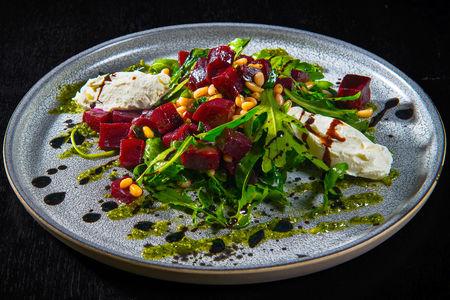 Салат со свеклой, мягким сыром и песто
