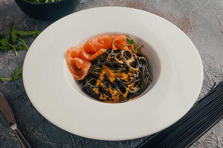 Черные спагеттини со слабосоленым лососем