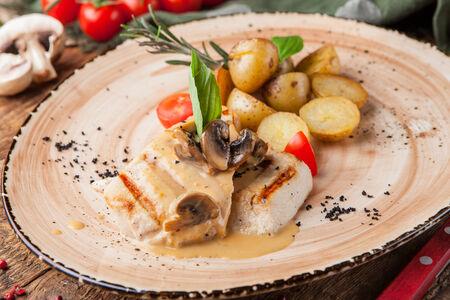 Филе индейки с картофелем бейби и грибным соусом