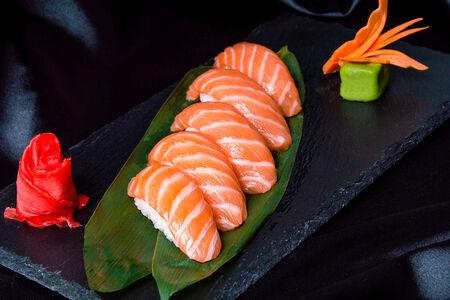 Набор классических суши с лососем