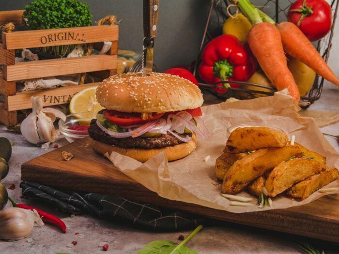 Бургер с сочной говяжьей котлетой