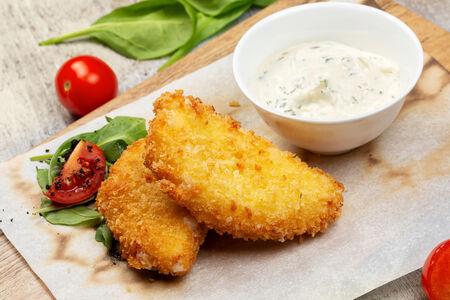 Сыр жареный с чесночным соусом