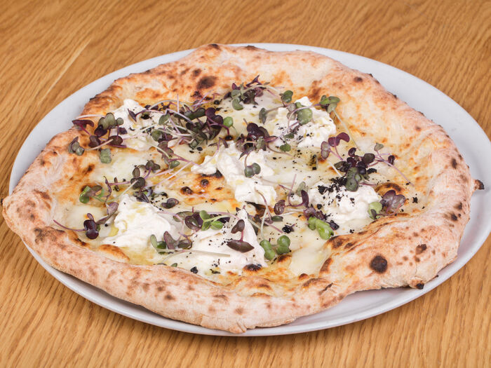 Пицца с бурратой и черным трюфелем