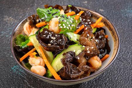Салат с креветками и древесными грибами