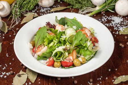 Тёплый салат с жареной сёмгой, креветками и пармезаном