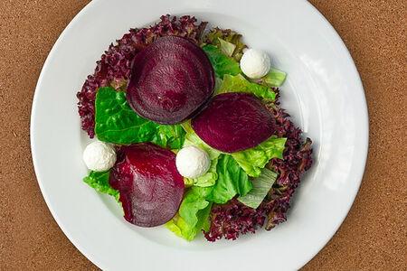 Свекольный салат с сыром буко