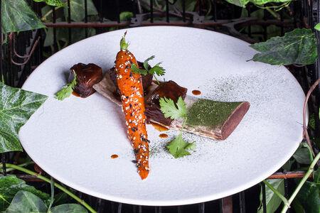 Томленые говяжьи ребра с морковью и арахисом в остро-сладком соусе