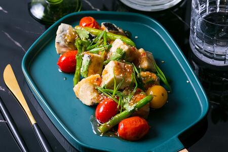 Салат с хрустящим баклажаном, томатами и аспарагусом