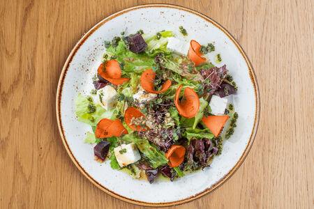 Салат с сыром фета, хурмой и свеклой