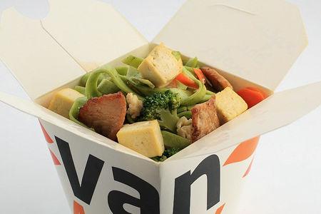 Шпинатная лапша вок со свининой и сыром тофу в соусе Сайгон