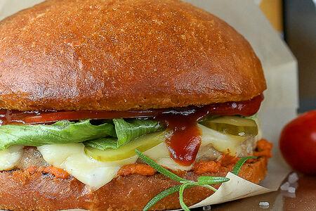 Бургер с курицей и соусом ромеско