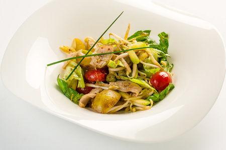 Тёплый салат из обжаренных кальмаров